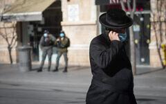 تصویر: یک مرد اسرائیلی با ماسک صورت حین قدم زدن در مرکز شهر اورشلیم، ۲۱ ژانویه ۲۰۲۱، در سومین تعطیل سراسری کرونا. (Olivier Fitoussi/Flash90)