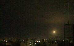 تصویر: طی یک حمله هوایی منتسب به اسرائيل در ۶ ژانویه ۲۰۲۱، یک موشک ضدهوایی سوری در نزدیکی دمشق  به هوا شلیک شده است. (Screen capture: SANA)