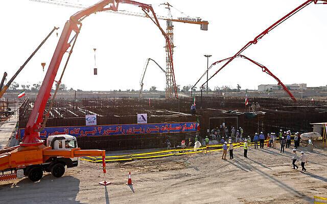 تصویر: در عکسی از سازمان انرژی اتمی ایران، در بنای رآکتور دوم نیروگاه هسته ای بوشهر در ۴۴۰ مایل (۷۰۰ کیلومتر) جنوب تهران، پایتخت ایران، برای ایجاد پایهٔ بنا سیمان می ریزند، ۱۰ نوامبر ۲۰۱۹.  (Atomic Energy Organization of Iran via AP)