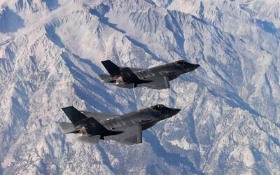 تصویر: دو جت اف ۳۵ صاعقهٔ ۲ نیروی دریایی ایالات متحده در آزمون نظامی، حین پرواز نمایشی در آسمان، بر فراز پایگاه هوایی ناوال لیمور، کالیفرنیا، ۱۶ نوامبر ۲۰۱۸.  (US Navy/Chief Mass Communication Specialist Shannon E. Renfroe)