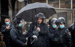 تصویر: افسران پلیس حین نظارت بر مقررات تعطیل سراسری در محله ارتدکس افراطی «مئه شعاریم» اورشلیم، ۱۸ ژانوریه ۲۰۲۱. (Yonatan Sindel/Flash90)