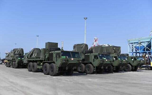 تصویر: یک باتری سامانه دفاع موشکی گنبد آهنین در ژانویه ۲۰۲۱ برای تحویل به ایالات متحده بار کشتی می شود.  (Defense Ministry)