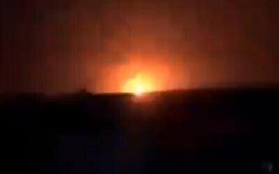 تصویر: انفجاری ناشی از حمله هوایی منتسب به اسرائیل در شرق سوریه، ۱۳ ژانویه ۲۰۲۱.  (Screencapture/Twitter)