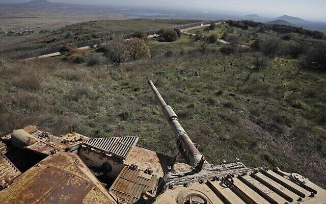 تصویر: عکسی که از بقایای یک تانک که از جنگ ۱۹۷۳ بجا مانده شهر قنیطره را چنانکه از بلندیهای جولان دیده می شود، نشان می دهد، ۲۳ دسامبر ۲۰۱۹. (JALAA MAREY / AFP)