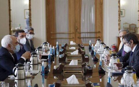 تصویر: محمدجواد ظریف وزیر خارجه ایران، چپ، حین ملاقات با رافائل گروسی، مدیرکل آژانس بین المللی انرژی اتمی IAEA، تهران، ۲۱ فوریه ۲۰۲۱. (AFP)