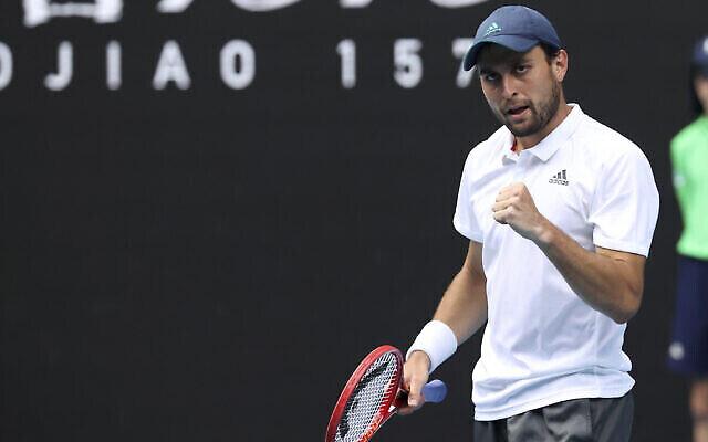 تصویر: اصلان کاراتسوف، پس از شکست «گریگور دیمیتروف» بلغاری در مسابقات قهرمانی یک چهارم نهایی تنیس آزاد استرالیا در ملبورن، استرالیا، ۱۶ فوریه ۲۰۲۱. .(AP Photo/Hamish Blair)