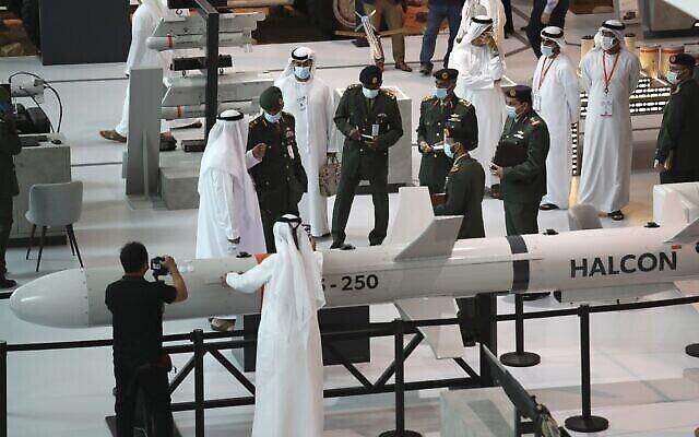 تصویر: خریداران و فروشندگان در روز گشایش نمایشگاه بین المللی تجهیزات نظامی و کالاهای تسلیحاتی، IDEX در ابوظبی، امارات متحد عربی، یکشنبه، ۲۱ فوریه ۲۰۲۱. (AP Photo/Kamran Jebreili)