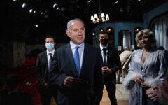 تصویر: بنیامین نتانیاهو نخست وزیر اسرائیل حین ملاقات با بازیگر «کارمیت مسیلاتی کاپلان»، راست، در بازدید از «تئاتر خان»پیش از بازگشایی اماکن فرهنگی، اورشلیم، ۲۳ فوریه ۲۰۲۱.  (Ohad Zwigenberg/Pool Photo via AP)