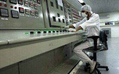 تصویر: در عکسی از ۳ فوریه ۲۰۰۷، یک تکنیسین در یک تأسیسات تبدیل اورانیوم در حومه اصفهان، ایران.  (AP Photo/Vahid Salemi, File)
