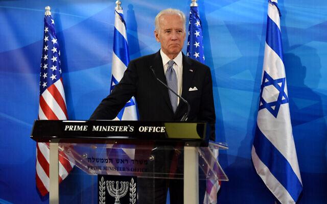 تصویر: جو بایدن در کنفرانس مطبوعاتی مشترک با بنیامین نتانیاهو نخست وزیر، که در عکس دیده نمی شود، در دفتر نخست وزیر در اورشلیم، ۹ مارس ۲۰۱۶