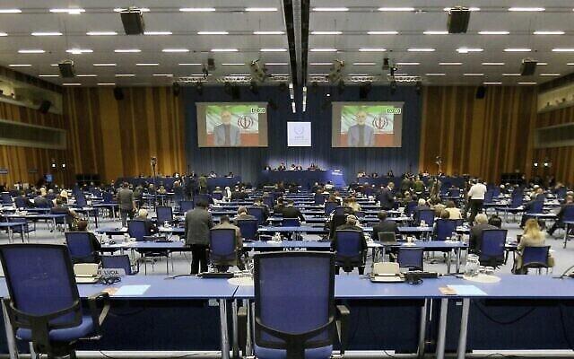 تصویر: «علی اکبر صالحی» رئیس سازمان انرژی  اتمی ایران  حین سخنرانی آنلاین در کنفرانس عمومی آژانس بین المللی انرژی هسته ای بر صفحه عظیم ویدئو مشاهده می شود، وین، اتریش، دوشنبه ۲۱ سپتامبر ۲۰۲۰.  (AP Photo/Ronald Zak)