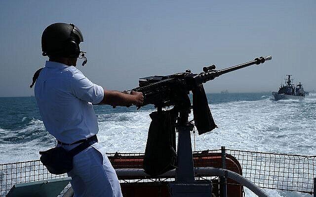 تصویر: یکی از خدمه قایق گشت دِوُرا، پشت مسلسل، در رزمایش نیروی دریایی اسرائیل در بزرگداشت هفتادمین سالگرد استقلال، ۱۹ آوریل ۲۰۱۸. (Judah Ari Gross/Times of Israel)