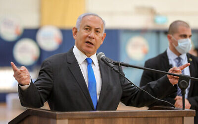تصویر: بنیامین نتانیاهو نخست وزیر اسرائیل حین بازدید از مرکز تلقیح کوئید ۱۹ در «سدروت»، ناحیه جنوبی اسرائیل، ۲۷ ژانویه ۲۰۲۱. (Liron Moldovan/Pool/Flash90)