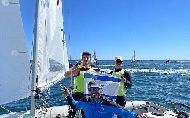 تصویر: گیل کوهن و نوآم حومری با مربی، «اران سلا». (Israel Sailing Association)