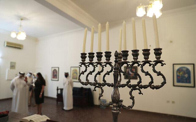 تصویر: در عکسی از ۱۸ اکتبر ۲۰۲۰، منوره ای که در جشن حنوکای یهودیان افروخته می شود، در یکی از بازدیدهای هیئت اسرائیل از کنیسای جامعه یهودیان در بحرین، منامه، دیده می شود.  (Ronen Zvulun/Pool Photo via AP)