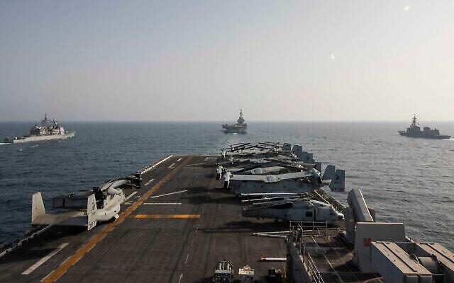 تصویر: دماغهٔ کشتی تهاجمی دوزیستی یو.اس.اس. مکین ایسلند در دریای پارس، ۱۹ مارس ۲۰۲۱.  (US Navy/Mass Communication Specialist 3rd Class Ethan Jaymes Morrow, via AP)