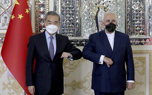 تصویر: محمدجواد ظریف، وزیر خارجه ایران، راست، و همتای چینی خود، «وانگ یی»، در آغاز جلسه در تهران، ایران، در مقابل دوربین عکاسان ایستادند. به گزارش تلویزیون دولتی صداوسیما، ایران و چین روز شنبه قرارداد همکاری استراتژیک ۲۵ ساله امضا کردند تا پاسخگوی تحریم های فلج کننده ایالات متحده علیه ایران باشد.  (AP Photo/Ebrahim Noroozi)
