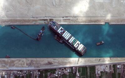 تصویر: تصویر ماهواره ای کمپانی «مکسار»، کشتی MV Ever Given را نشان می دهد که در کانال سوئز، نزدیک سوئز، مصر، گیر کرده است؛ ۲۸ مارس ۲۰۲۱. (©Maxar Technologies via AP)