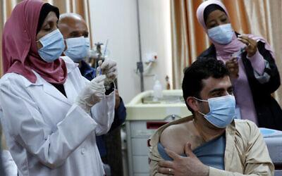 تصویر: کارکنان درمانی فلسطینی در یک مرکز درمانی در رفاح، جنوب نوار غزه، در حال نمونه برداری برای تست کرونا، ۱۶ فوریه ۲۰۲۱. (Abed Rahim Khatib/Flash90)