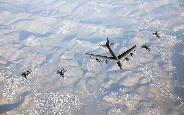 تصویر: جت های جنگنده اف ۱۵ اسرائیل حین اسکورت یک بمب افکن ب۵۲ آمریکایی در قلمرو هوایی اسرائيل، ۷ مارس ۲۰۲۱. (Israel Defense Forces)