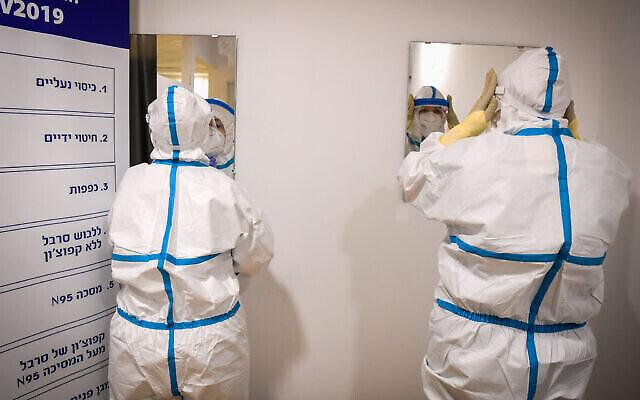 تصویر: تیم پزشکی در بخش کرونای مرکز درمانی شبا، رمت گن، ۲۷ ژوئیه ۲۰۲۰. (Yossi Zeliger/Flash90)