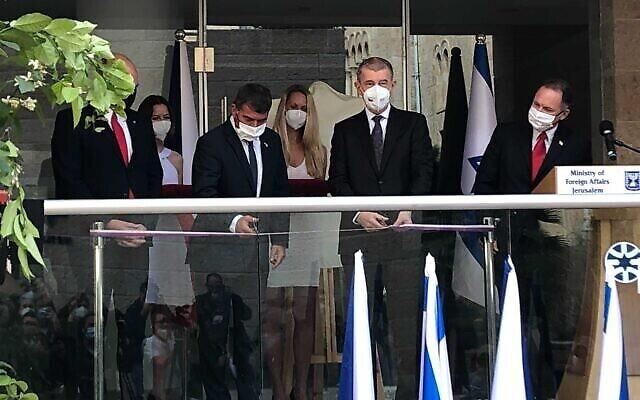 تصویر: «گابی اشکنازی» وزیر خارجه (دومی از چپ) و «آندره بابیس» نخست وزیر جمهوری چک، حین قیچی کردن روبان در مراسم گشایش دفتر هیئت سیاسی چک در اسرائیل، ۱۱ مارس ۲۰۲۱. (Lazar Berman/Times of Israel)