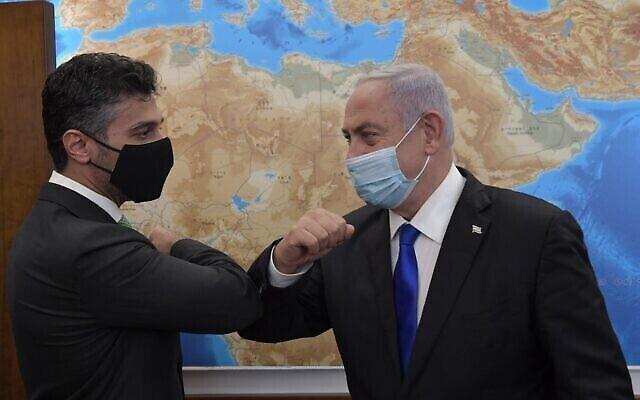 تصویر: بنیامین نتانیاهو نخست وزیر اسرائیل، راست، در ملاقات با «محمد محمود آل خاجة» سفیر امارات متحده در اسرائیل، در دفتر وی در اورشلیم؛ ۲ مارس ۲۰۲۱. (Kobi Gideon/GPO)