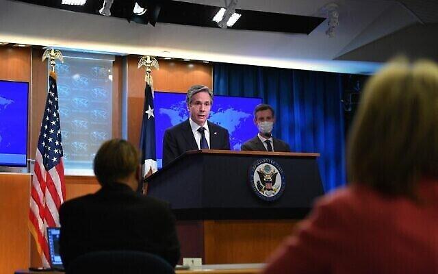 تصویر: «آنتونی بلینکن» وزیر خارجه ایالات متحده حین سخنرانی در مراسم ارائهٔ گزارش عملکرد حقوق بشری کشورها در ۲۰۲۰، در مقر وزارت خارجه در واشنگتن، ۳۰ مارس ۲۰۲۱.  (MANDEL NGAN / POOL / AFP)