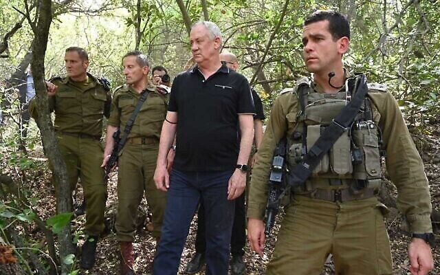 تصویر: بنی گانتز وزیر دفاع، وسط، حین بازدید از ناحیهٔ مرزی لبنان، بهمراه فرماندهان ارشد نیروهای دفاعی اسرائیل، ۲۰ آوریل ۲۰۲۱. (Ariel Hermony/Defense Ministry)