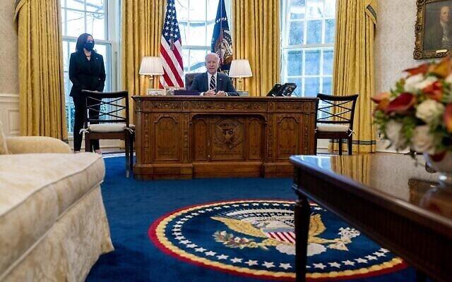 تصویر: جو بایدن رئیس جمهوری ایالات متحده، بهمراه کامالا هاریس، معاون ریاست جمهوری، حین سخنرانی پیش از امضای «طرح امداد آمریکا»، که بسته امداد ویروس کرونا است، در اتاق بیضی کاخ سفید، پنجشنبه، ۱۱ مارس ۲۰۲۱، واشنگتن. (AP Photo/Andrew Harnik)