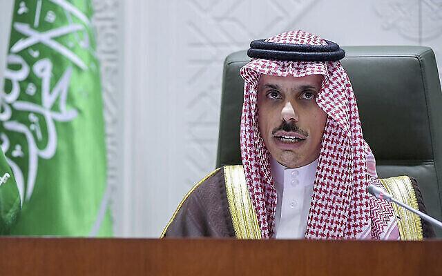تصویر: در عکسی از خبرگزاری عربستان سعودی، شاهزاده فیصل بن فرحان حین گفتگو در کنفرانس خبری در ریاض، عربستان سعودی، دوشنبه ۲۲ مارس ۲۰۲۱. (SPA via AP)