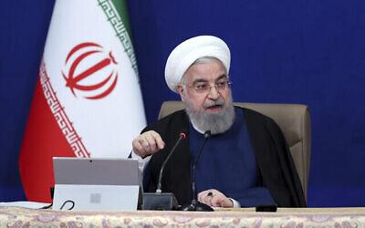 تصویر: حسن روحانی رئیس جمهور رژیم ایران حین سخنرانی در جلسه کابینه در تهران، ایران، ۱۴ آوریل ۲۰۲۱.  (Iranian Presidency Office via AP)