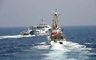 تصویر: در عکسی از ۲ آوریل ۲۰۲۱ که نیروی دریایی ایالات متحده منتشر کرد، کشتی سپاه پاسداران انقلاب اسلامی مقابل کشتی USCGC  مونومی گارد ساحلی ایالات متحده در خلیج فارس درآمده است. (US Navy via AP)
