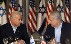 تصویر: جو بایدن، معاون ریاست جمهوری وقت ایالات متحده، چپ، و بنیامین نتانیاهو نخست وزیر اسرائيل، راست، حین گفتگو پیش از مراسم شام در اقامتگاه نخست وزیر، اورشلیم، ۹ مارس ۲۰۱۰. (AP Photo/Baz Ratner, Pool)