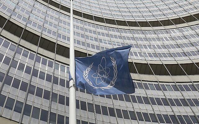 عکس از آرشیو: پرچمی نیمه افراشته در مقابل بنای آژانس بین المللی انرژی اتمی در وین، اتریش، ۲۲ ژوئیه ۲۰۱۹.  آژانس، پرچم را در سوگ «یوکیا آمانو» دبیرکل آژانس، که در ۷۲ سالگی درگذشت، به حالت نیمه افراشته درآورده است. (AP Photo/Ronald Zak)