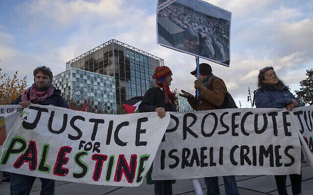تصویر: تظاهرات کنندگان با پلاکارد در مقابل دیوان کیفری بین المللی، ICC، خواهان تحقیق پیرامون اتهام جنایات جنگی ارتش اسرائیل در دیوان لاهه اند؛ ۲۹ نوامبر ۲۰۱۹. (AP/Peter Dejong)