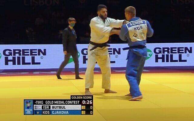 تصویر: اسکرین شات از ویدئو از «طهار بتبول» جودوکار اسرائیلی، چپ، در دور نهایی دسته مردان زیر ۷۳ کیلوگرم مسابقات قهرمانی جودو در اروپا، ۱۷ آوریل ۲۰۲۱. (YouTube)