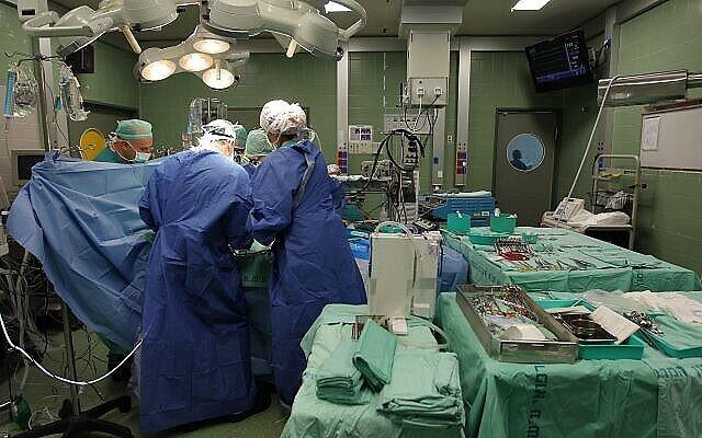 تصویر تزئینی: عمل جراحی در «مرکز درمانی ولسفون» در «هولون»، ۱۲ سپتامبر ۲۰۱۱.  (Nati Shohat/Flash90)
