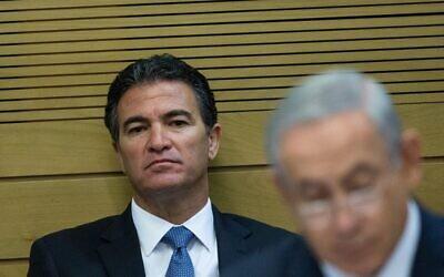 تصویر: یوسی کوهن، مشاور امنیت ملی وقت، در جلسه کمیته در پارلمان اسرائیل در ۸ دسامبر ۲۰۱۵ پشت سر بنیامین نتانیاهو نخست وزیر نشسته است. (Yonatan Sindel/Flash90)