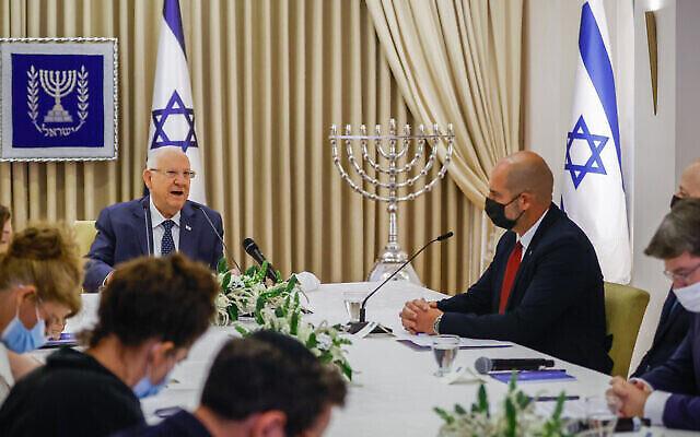 تصویر: اعضای حزب لیکود، در ملاقات با رئیس جمهور اسرائیل، رئوبن ریولین، در اقامتگاه ریاست جمهوری در اورشلیم، ۵ آوریل ۲۰۲۱ زمانیکه ریولین برای تعیین شخصی که مأموریت تشکیل دولت جدید به او داده خواهد شد مشورت با رهبران سیاسی را آغاز کرد. (Yonatan Sindel/Flash90)
