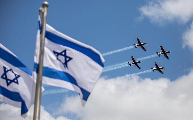 تصویر: تیم ایروباتیک نیروی هوایی اسرائیل حین تمرینات نظامی برای مراسم سالگرد هفتاد و سومین سال استقلال کشور در اورشلیم، در ۱۲ آوریل ۲۰۲۱. (Yonatan Sindel/Flash90)