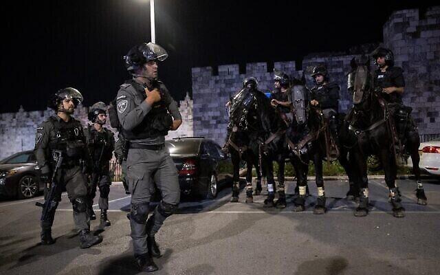 تصویر: افسران پلیس حین نگهبانی در زدوخورد میان فلسطینیان و پلیس اسرائیل در مقابل دروازهٔ دمشق در اورشلیم، ۱۸ آوریل ۲۰۲۱. (Yonatan Sindel/Flash90)