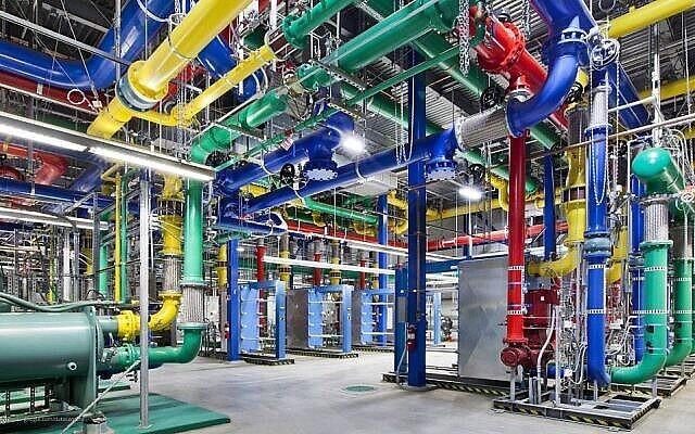 تصویر: در عکس بی تاریخی از گوگل ، لوله های رنگی  ارسال و دریافت آب برای خنک نگاهداشتن مرکز اطلاعاتی گوگل در دالاس، اورگون، مشاهده می شود. (photo credit: AP/Google, Connie Zhou)