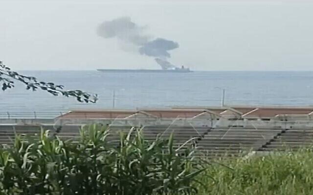 تصویر: اسکرین شات ویدئویی تلویزیون دولتی سوریه در ۲۴ آوریل ۲۰۲۱ شعله های آتش در یک کشتی در آبهای بندر بانیاس را نشان می دهد که دولت سوریه می گوید پس از حمله پهباد آتش گرفته است.  (Screen capture: Twitter)