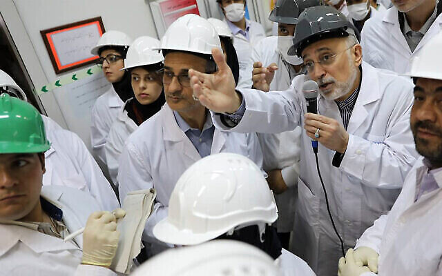تصویر: «علی اکبر صالحی»، رئیس سازمان [انرژی اتمی ایران] حین گفتگو با رسانه ها طی بازدید از تأسیسات غنی سازی نطنز، ناحیه مرکزی ایران، ۴ نوامبر ۲۰۱۹. (Atomic Energy Organization of Iran via AP, File)
