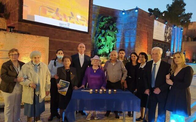 تصویر: «مرکز خاخامی زوحر» که با پروژهٔ «یاد واشم» بنام «نسل ها راه را روشن می کنند» همکاری می کند و سال گذشته در آغاز پاندمی کوئید براه افتاد تا مردم را تشویق کند در خانه های خود روز «یوم کیپور» را برگزار کنند. در عکس، شش بازمانده  در مراسم «یاد واشم»، مشعل-افروز مراسم سالانهٔ یادبود هولوکاست در ۷ آوریل در اسرائیل شده اند، و شش شمع افروختند. (Courtesy Dena Wimpfheimer)