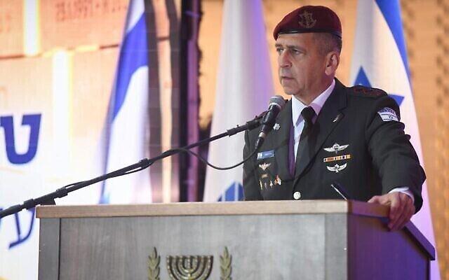 تصویر: آویو کوخاوی، رئیس ستاد نیروهای دفاعی اسرائیل حین سخنرانی در مراسمی در گورستان ملی تپهٔ هرتصل، اورشلیم، ۱۱ آوریل ۲۰۲۱. (Israel Defense Forces)