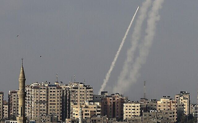 تصویر: تروریست های فلسطینی از شهر غزه به سمت اسرائیل راکت شلیک می کنند، ۱۰ مه ۲۰۲۱. (Mahmud Hams/AFP)