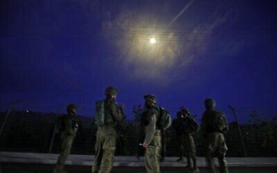 تصویر: سربازان اسرائیلی پس از پرتاب بمب آتشزا بر فراز شهر شمالی متوله در مرز لبنان، در پی تظاهرات هواداران فلسطینیان در آنسوی مرز لبنان، ناحیهٔ خیام، ۱۴ مه ۲۰۲۱. Jalaa MAREY / AFP)