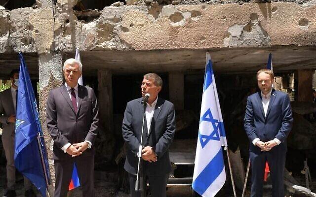 تصویر: گابی اشکنازی، وزیر خارجه، و همتای اسلواکی وی، در بازدید از ساختمانی در پتح تیکوا که با اصابت راکت از غزه تخریب شد؛ ۲۰ مه ۲۰۲۱. (Shlomi Amsalem, Foreign Ministry)